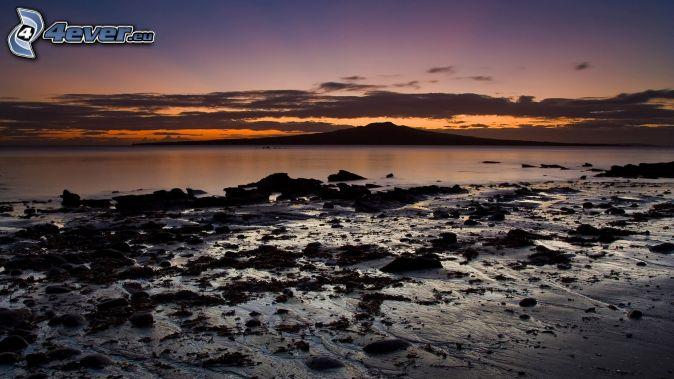 more, kamenná pláž, večerná obloha