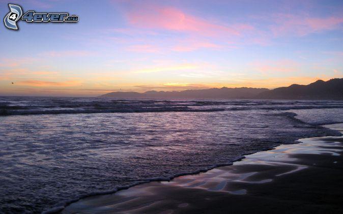 more, piesočná pláž, večerná obloha, pohorie