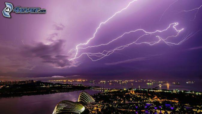 blesky, fialová obloha, výhľad na mesto, noc