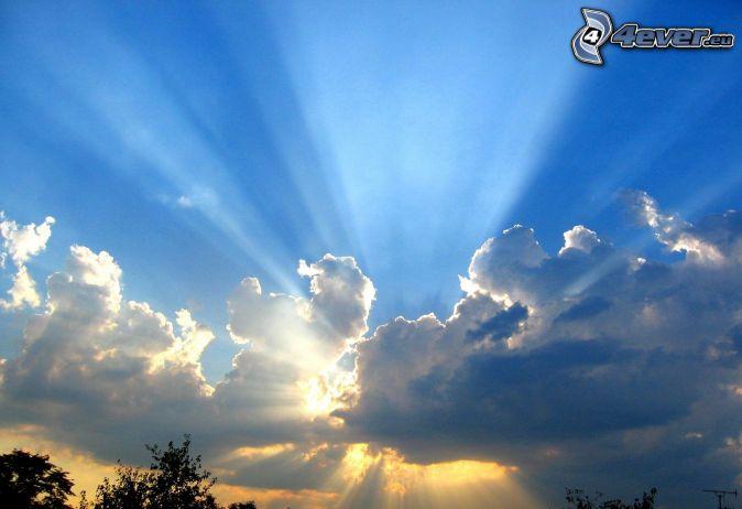 slnečné lúče za oblakom