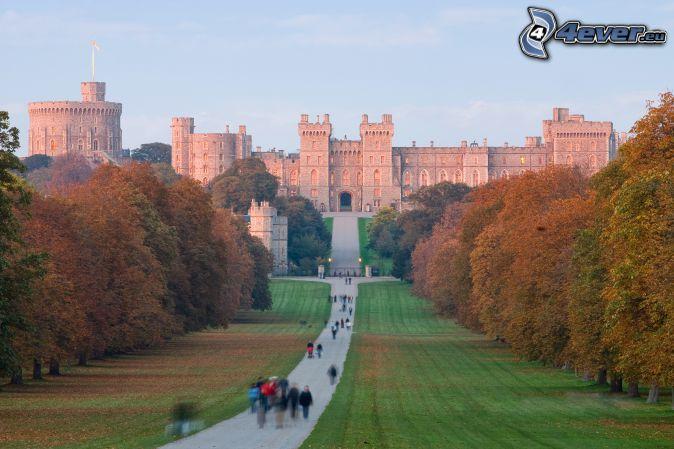 Windsorský zámok, park, chodník, turisti
