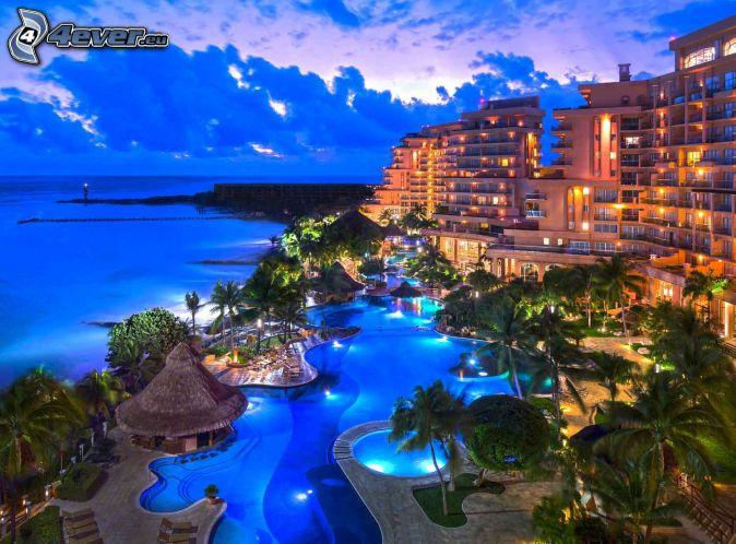 Cancún, hotel, bazén, palmy, šíre more, večer