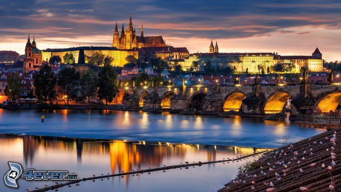 Praha, Pražský hrad, Karlov most, večerné mesto, Vltava