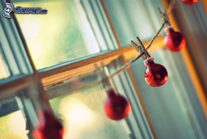 vianočné gule, šnúra, štipce