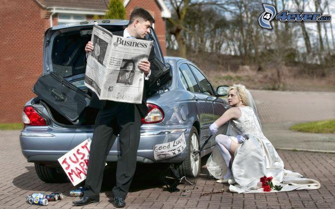 mladomanželia, ženích, nevesta, auto, oprava, noviny