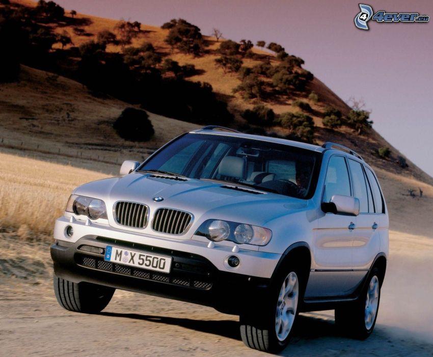 BMW X5, prach, kopec