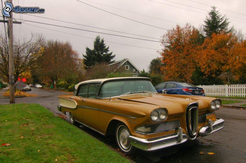 Edsel Corsair, ulica, jesenné stromy, veterán