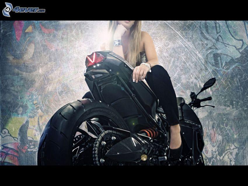 BMW motorka, blondínka