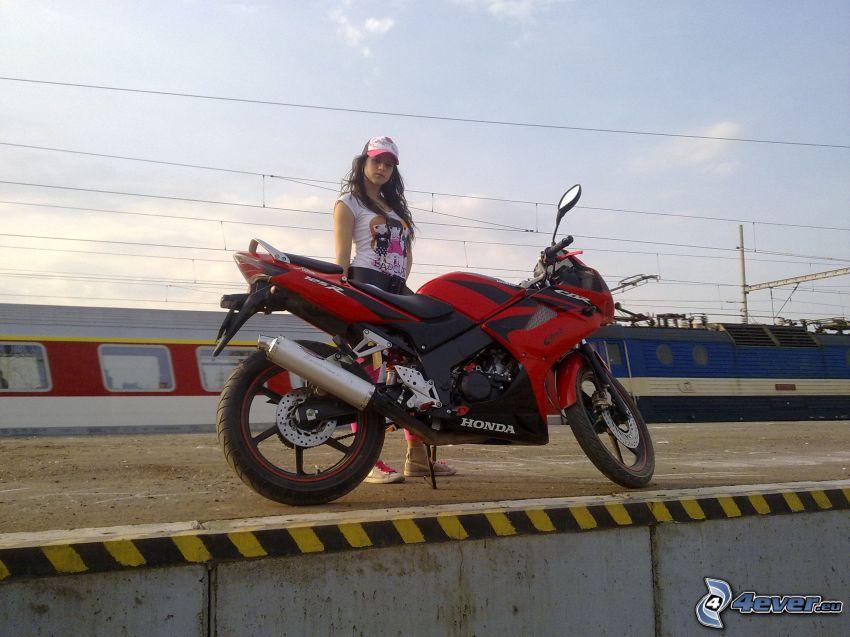 Honda CBR, dievča, motorka, vlak