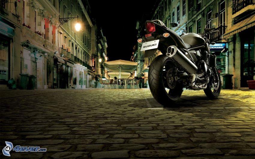 Suzuki GSX-R, ulica, dlažba, noc