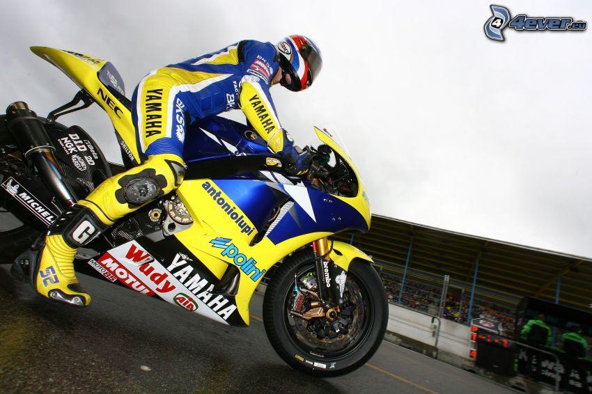 Yamaha, motorkár, tribúna, diváci