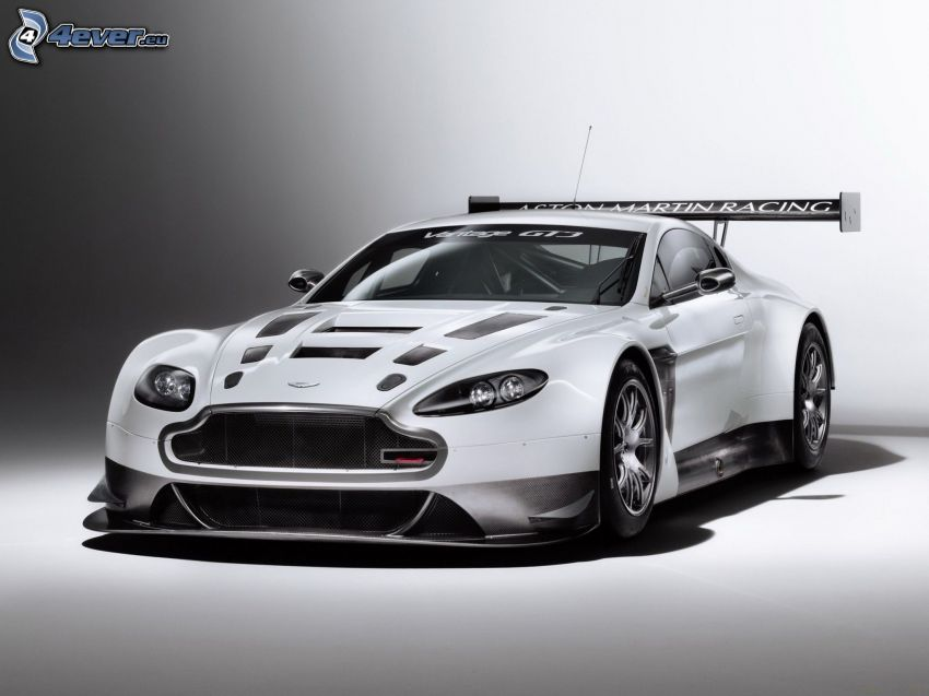 Aston Martin V12 Vantage, pretekárske auto