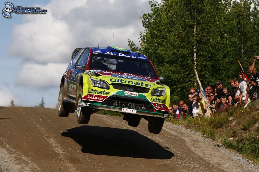 Ford, pretekárske auto, skok, diváci
