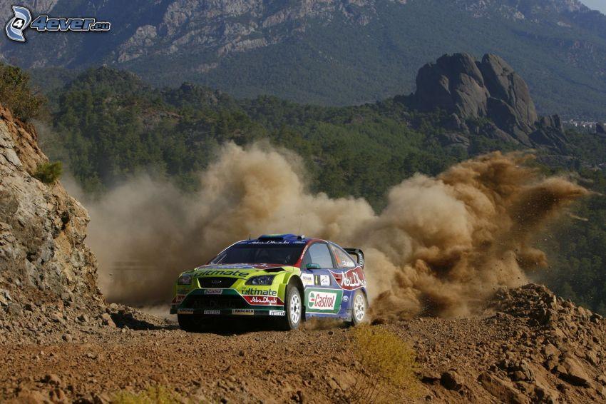 Ford Focus RS, pretekárske auto, terén, prach, skalnaté hory