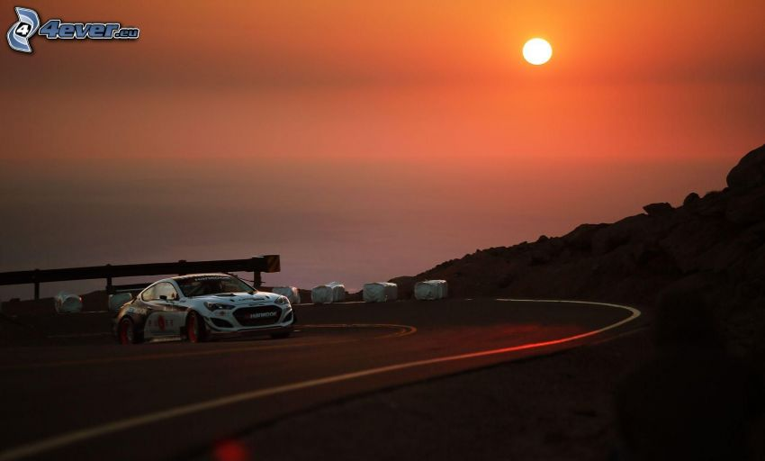 Hyundai, pretekárske auto, zákruta, západ slnka nad morom