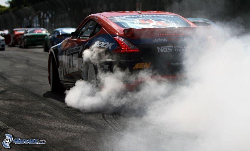 Nissan 370Z, pretekárske auto, dym