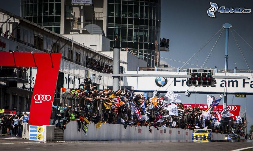 preteky, pretekárske auto, diváci, vlajky