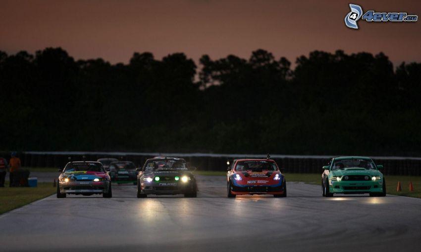 preteky, pretekársky okruh, pretekárske auto, svetlá, večer