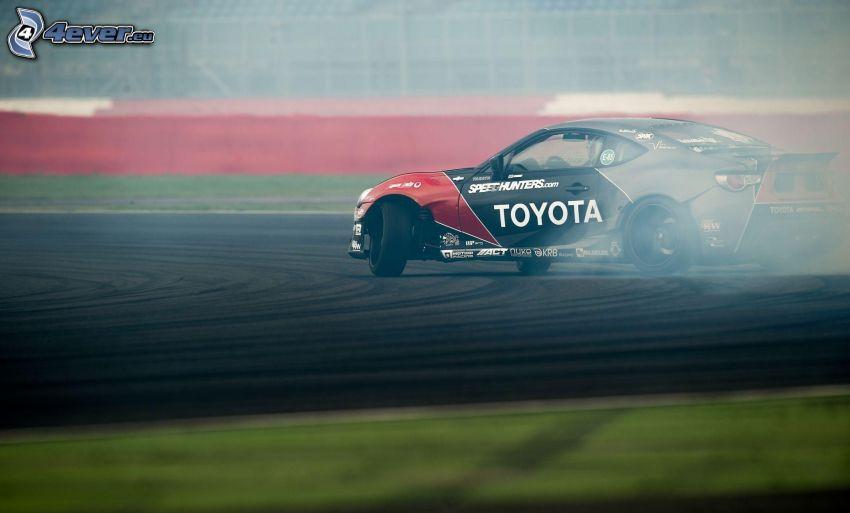 Toyota, drift, dym, pretekársky okruh