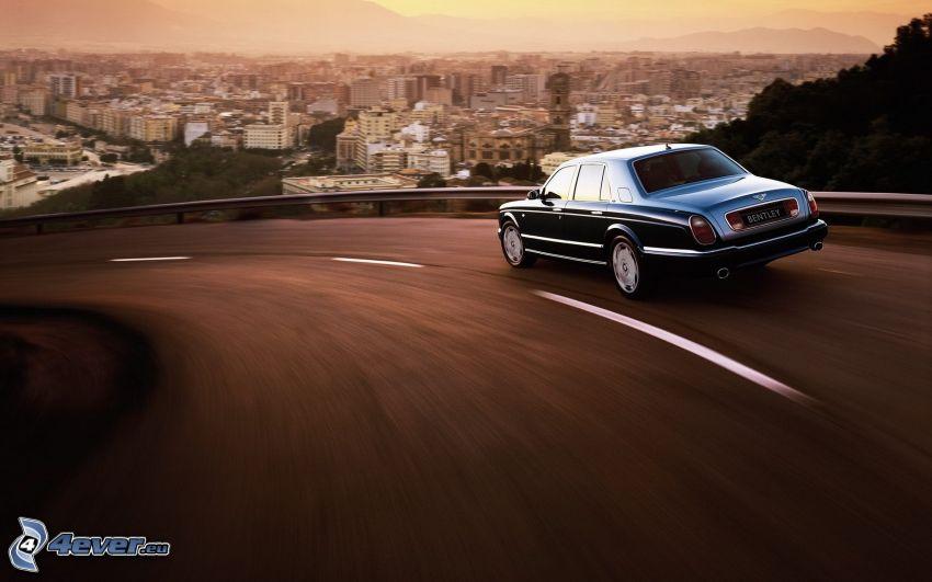 Bentley, rýchlosť, výhľad na mesto, zákruta