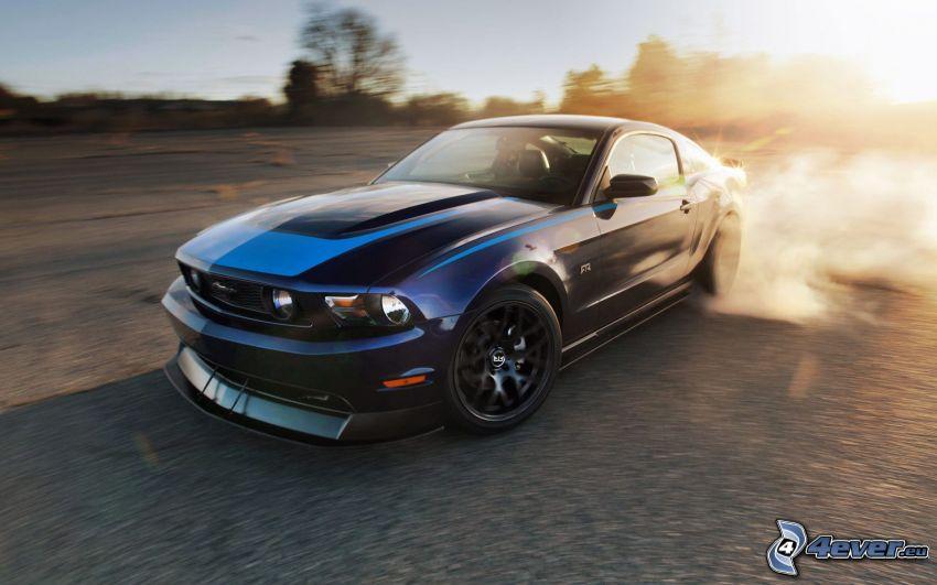 Ford Mustang GT, drift, západ slnka