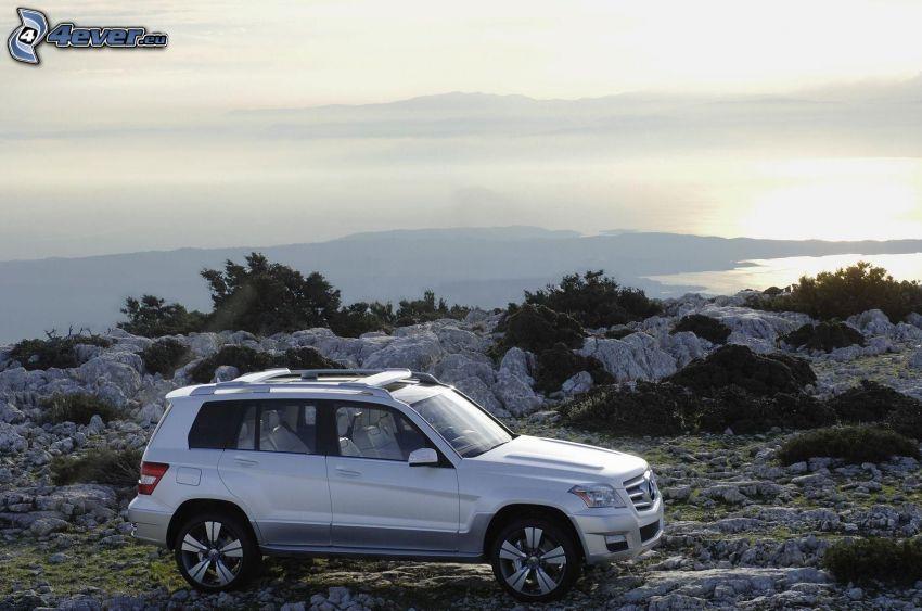 Mercedes, SUV, skalnaté pobrežie