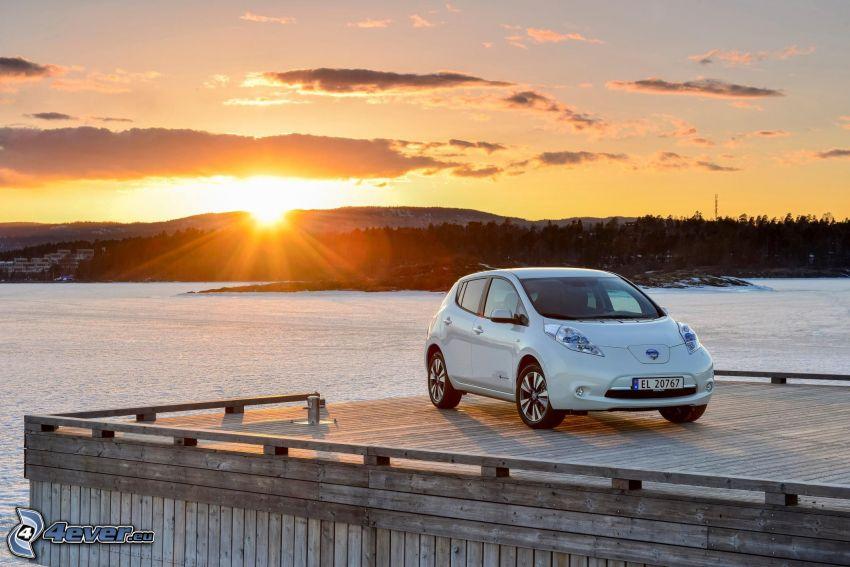 Nissan Leaf, východ slnka, zamrznuté jazero, drevené mólo