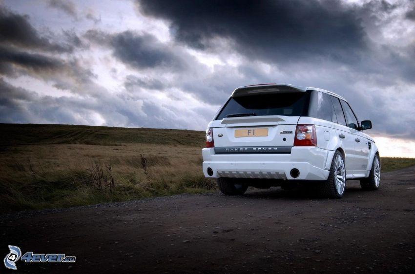 Range Rover, pole, tmavé oblaky
