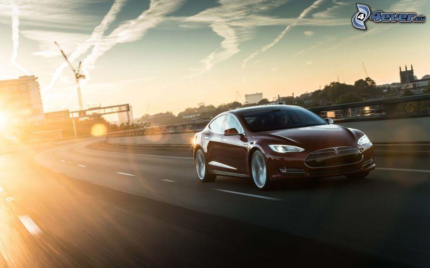 Tesla Model S, elektrické auto, rýchlosť, západ slnka nad cestou