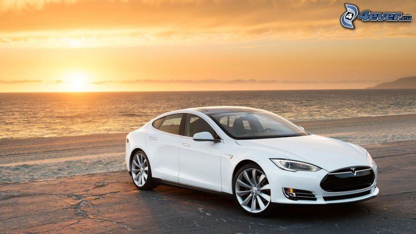 Tesla Model S, elektrické auto, západ slnka za morom