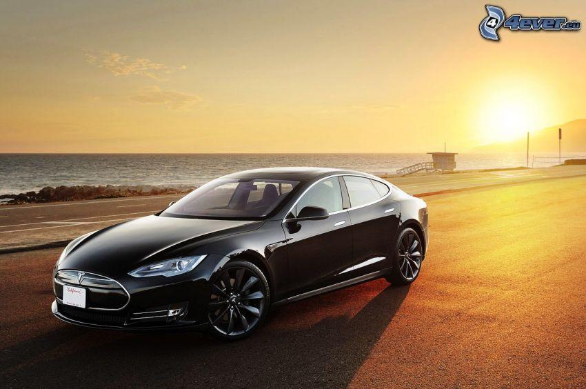 Tesla Model S, pobrežie pri západe slnka, elektrické auto