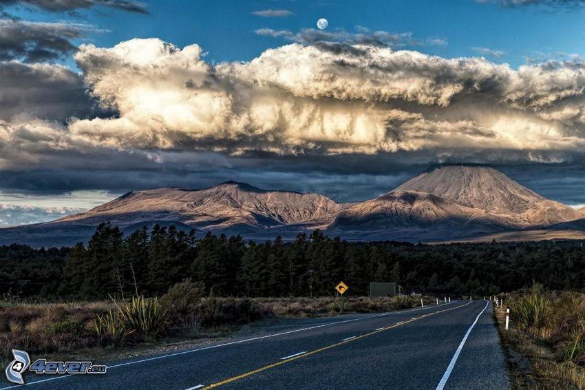 cesta, ihličnatý les, hory, oblaky, mesiac