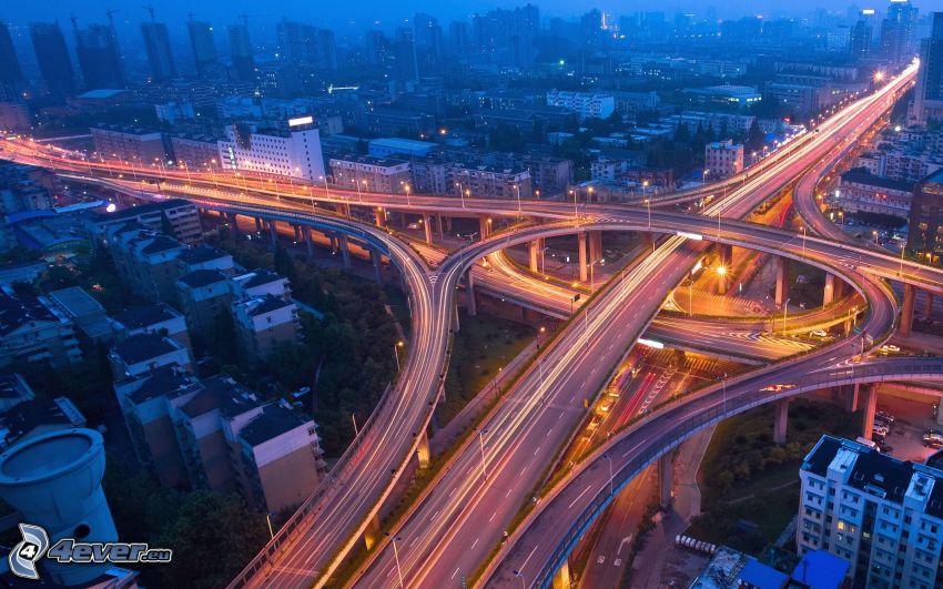diaľničná križovatka, večerná diaľnica, nočné mesto