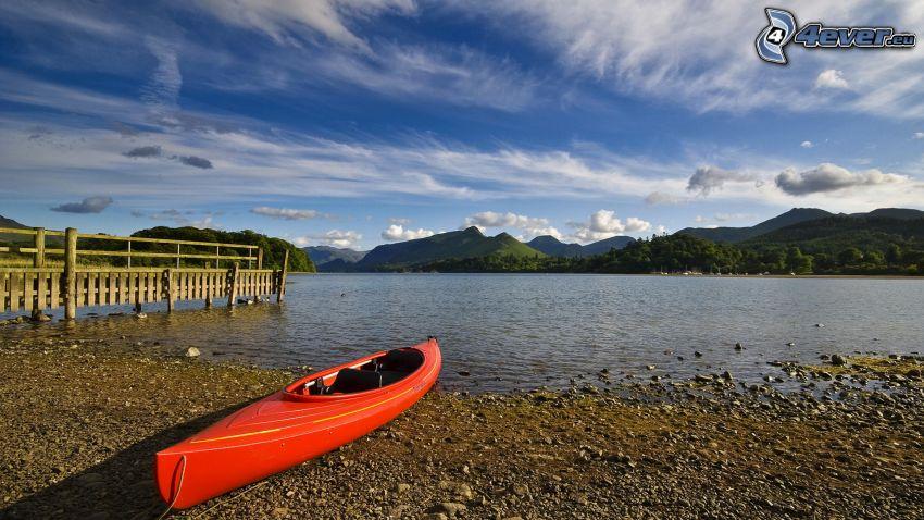 loďka na brehu, jazero, pohorie