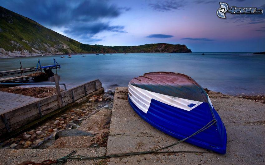 loďka na brehu, more, pohorie