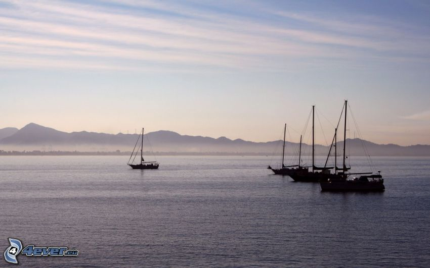 loďka na mori, pohorie