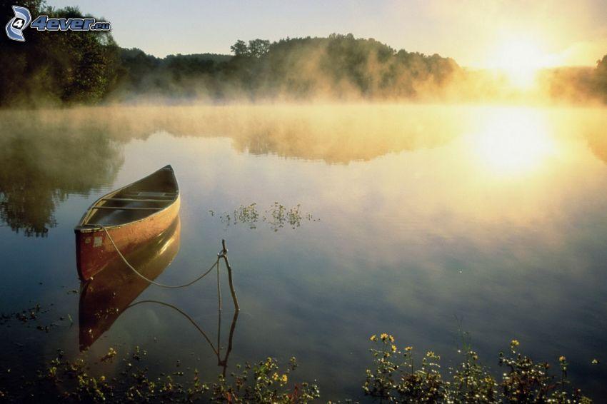 loďka na rieke, západ slnka, prízemná hmla