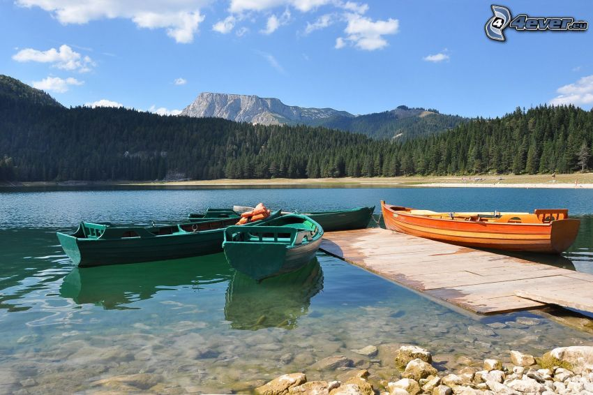 loďky pri brehu, jazero, hora
