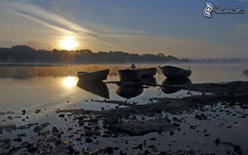 loďky pri brehu, západ slnka nad jazerom