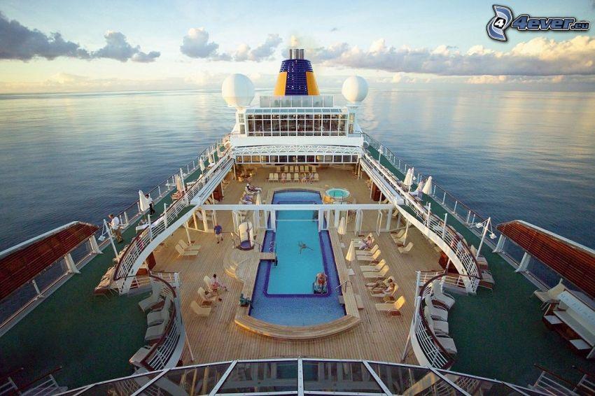 luxusná loď, šíre more, oblaky, bazén