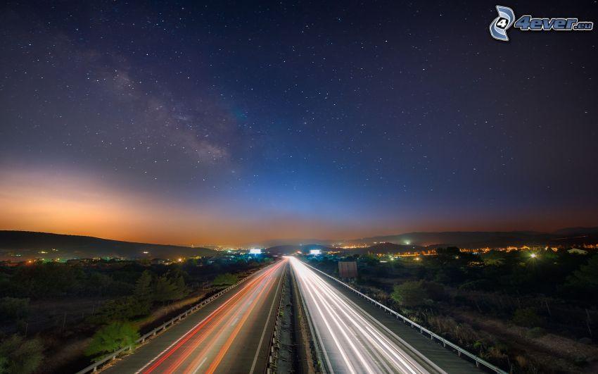 nočná diaľnica, svetlá, nočné mesto, hviezdna obloha