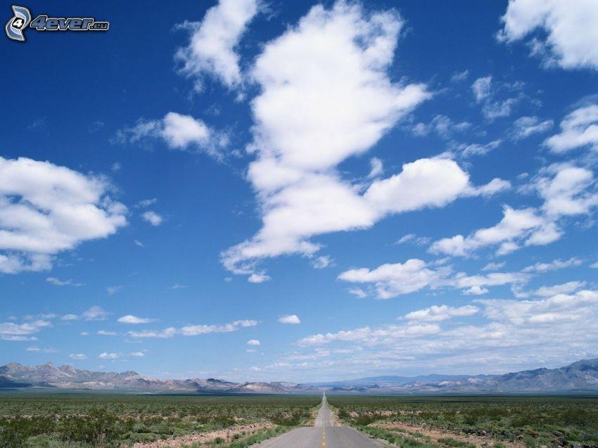 rovná cesta, oblaky, pole, polia