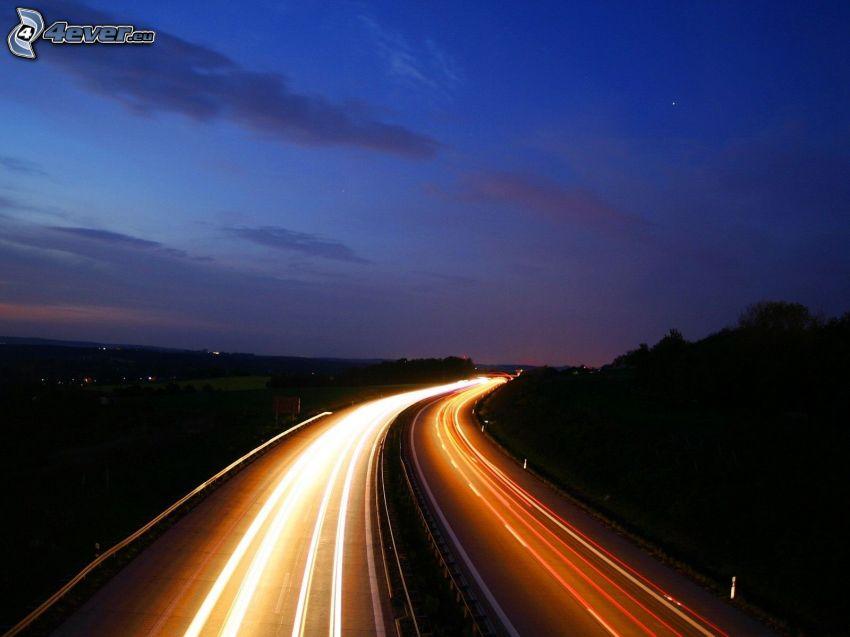 večerná diaľnica, svetlá, tmavá obloha