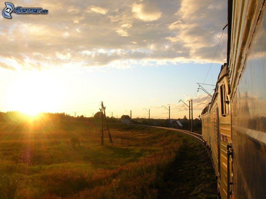 vlak, koľajnice, západ slnka