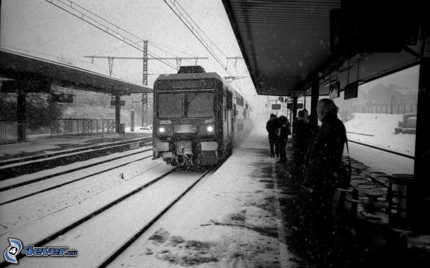 železničná stanica, vlak, sneh