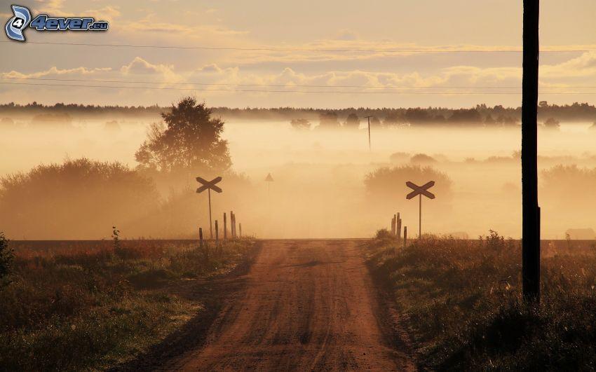 železničné priecestie, poľná cesta, hmla