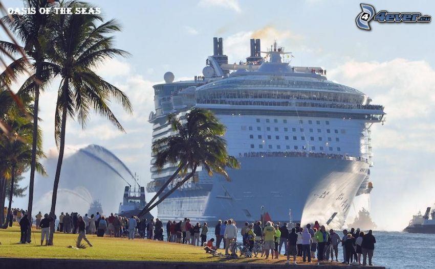 výletná loď, ľudia, pobrežie, palmy