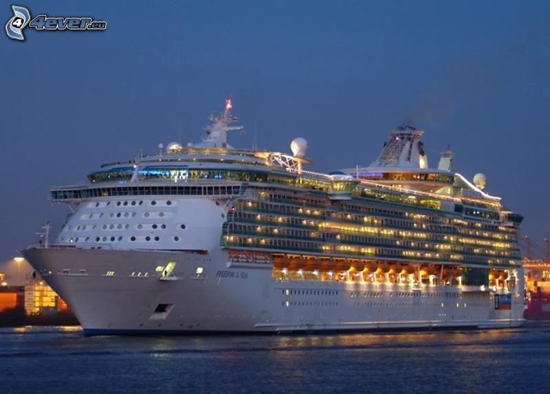 výletná loď, večer