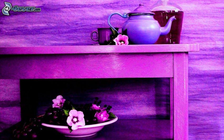 čajník, šálka čaju, stôl, tanier, kvety