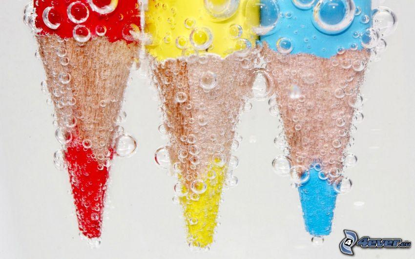 farebné ceruzky, voda, bublinky